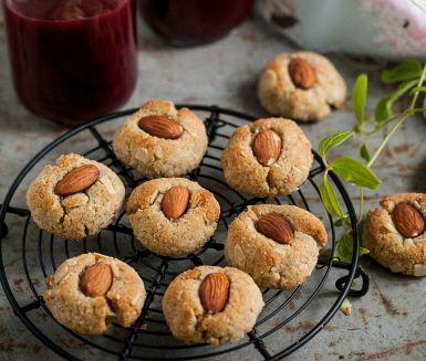 Underbart goda och enkla att göra är de här små kardemummakakorna gjorda på mandel- och kokosmjöl. Spara i en fin burk och plocka fram när det är dags för en skön fikastund. Eller ta med och överraska kollegorna på fredag!
