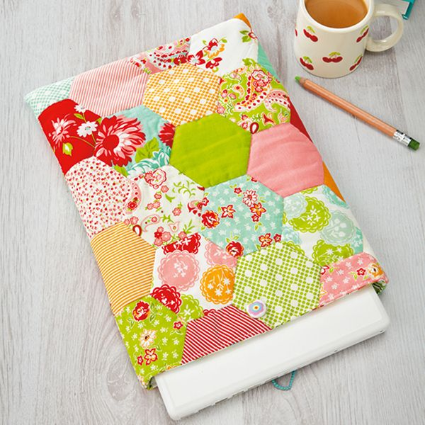 How to make a laptop case with hexagon patchwork - free pattern & tutorial @ Love Patchwork & Quilting