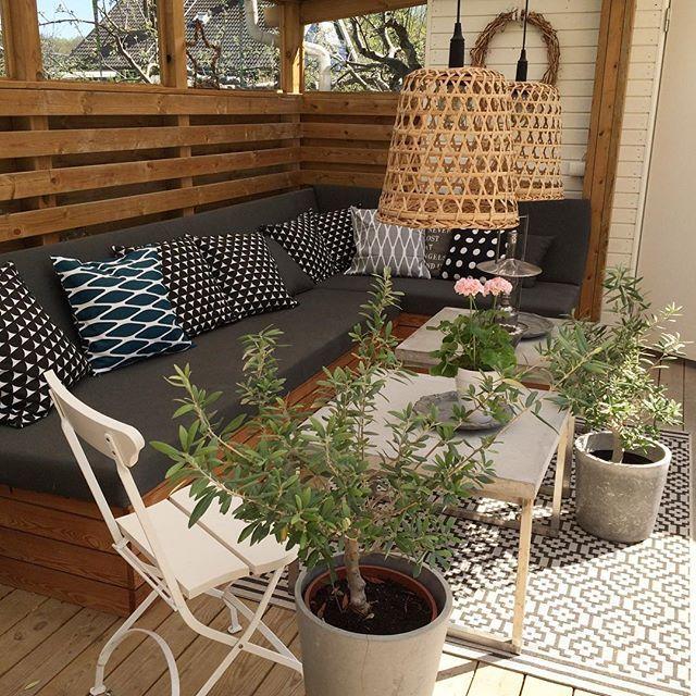 Utesoffan Vilket sommarväder☀️☀️ Lycka! #uterum #utesoffa #sommar #trädgård #altan #olivträd #pelargon