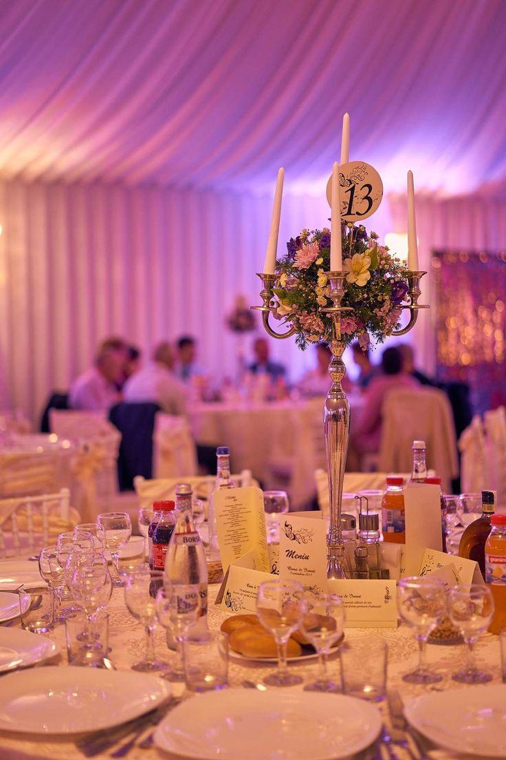 Sfeșnic cu aranjament floral natural la Cort Levisticum  #sfeșnice_cu_flori #luminiambientale #decor #nunta