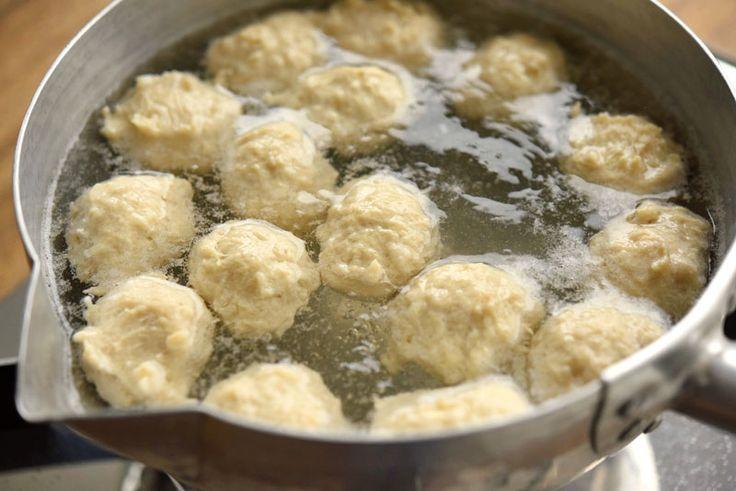 いちばん丁寧な和食レシピサイト、白ごはん.comの『鶏だんご(鶏つくね)の作り方』を紹介するレシピページです。鶏団子はそれ自体を照り焼きにしたり、鍋や汁物の具に使ったり、使い方が幅広い食材です!鶏団子をゆでた後のゆで汁もスープに仕立てて美味しくいただきましょう。材料を混ぜ合わせると少し柔らかめのタネに感じるかもしれませんが、しっとり柔らかめの鶏団子になります!