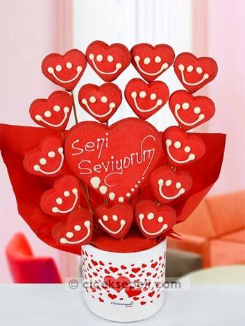 O sizin kalbinizin tatlı mı tatlı sahibi… Aşkı da hayatınızın tadı tuzu değil mi? O halde ona olan sevginizi ve hayatınızdaki yerini ona bu kalpli kek buketi ile gösterin, aşkınızın tadı yerine gelsin!  http://www.ciceksepeti.com/seni-seviyorum-kalpli-kurabiye-buketi