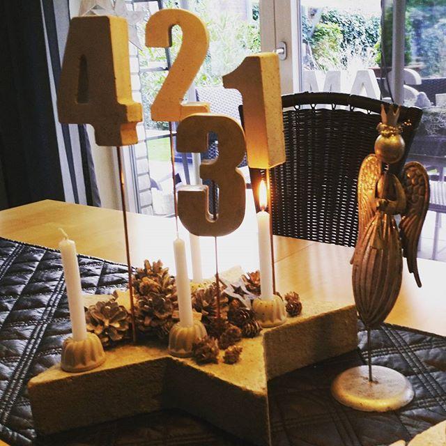 Ich wünsche euch allen einen schönen ersten Advent.  Beim Anzünden dieser Kerze musste ich an jemand ganz Besonderen denken.  #advent #adventszahlen #weihnachten #deko #beton #betonliebe #stern #engel #einengelsollüberdichwachen #baldistalleswiedergut