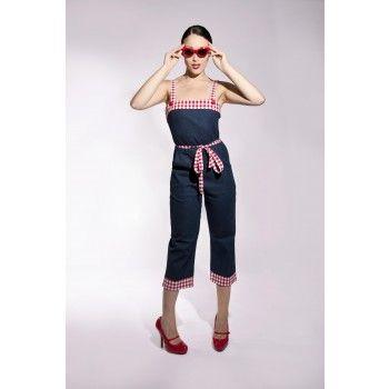 Leuk retro stijl broekpak met aangesloten lijfje en 3/4 broek. Heel elegant en comfortabel tegelijk! Het pakje is van stevige stretch denim en heeft rode ruit-details, zoals schouderbandjes, bovenstuk lijfje en onderkant broek. Ook bijpassend strikceintuur bij de taille.