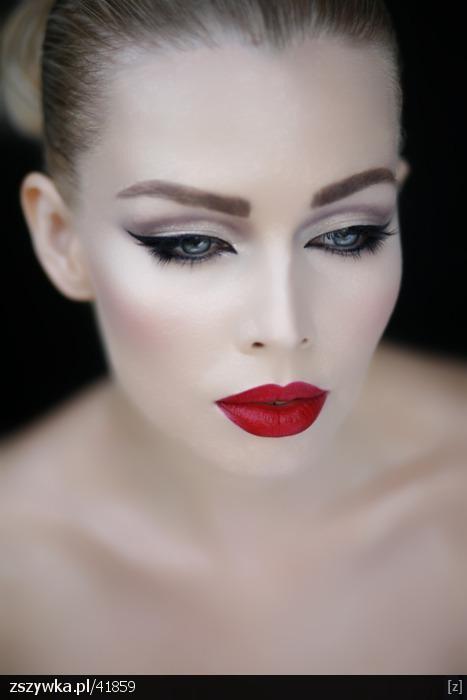 pin up make up / czerwone usta / czarna kreska