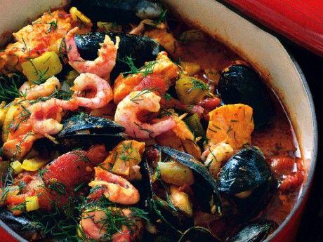 Fiskgrytan blir extra god med salsa verde: av en grön sås med basilika, ansjovis och vitlök som droppas över. Lägg i lax och räkor mot slutet, så att inte laxen kokar sönder eller räkorna blir sega.
