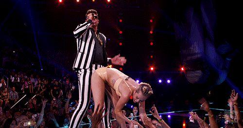 Ranking: os bumbuns que quebraram a internet  6º LUGAR: Miley Cyrus Hoje em dia é mais normal ver a Miley compartilhando fotos do seu corpo nu do que achar água pra vender, mas a cantora causou demais quando cantou We Can't Stop no VMA de 2013, lembra? A calcinha apertada  deixou o bumbum dela meio dividido e ele foi assunto por semanas!