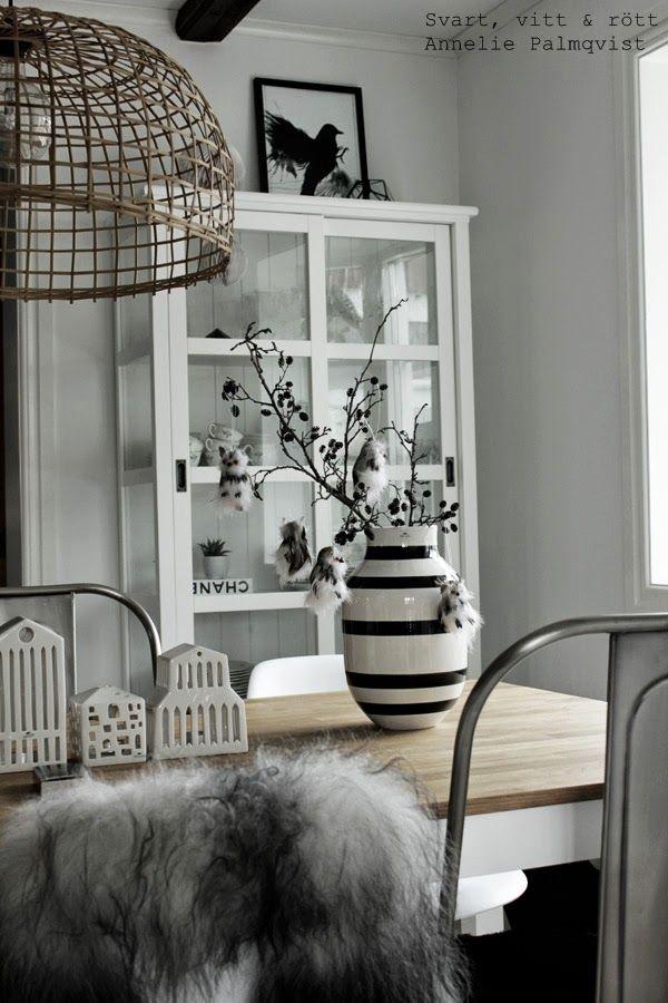 matsal, ugglor, påskpynt, hänga i påskris, al, alkvistar, korglampa, vitt, svart, svart och vitt, trärena detaljer, kähler vas, uggla, ugglor, chanel, vitrinskåp, vitt skåp, inredning, inspiration, village, detaljer, details, påsken 2014, påsk, påskpynt, urbania, vita hus, värmeljus, ljuslykta, matbord, mio, em möbler, pynta, storhelg, kvist, kvistar,
