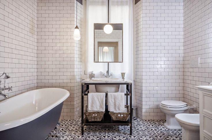 Piccoli interventi, pezzi misurati e decorazioni retrò per caratterizzare un ambiente solitamente anonimo e trasformarlo in un bagno vintage di personalità