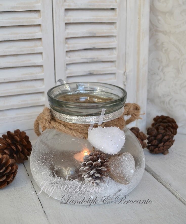 winters windlicht met denneappels, nepsneeuw en touw