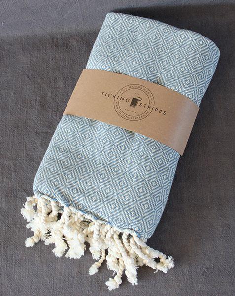 Cloudy Mint är vävd i ett gåsöga mönster i något tjockare kvalitet vilket gör den ypperlig till såväl pläd som hamama. Mjukaste varianten som finns i sortimentet. Den naturligt infärgade bomullen gör kvalitén hållbar oavsett hur många gånger du tvättar den. Varje frans är tvinnad för hand och håller sin form utan att fransa. Storlek: 100cm x 180cm Skötselråd Hamam Handdukarna tvättas i 40 grader för bästa hållbarhet, torktumlas på låg temperatur och tvättas med fördel innan första…