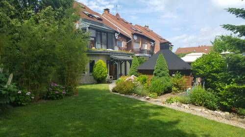 Übernachten im Kölner Norden Köln Set 9 km from Culture House and 9 km from Cologne Theatre, Übernachten im Kölner Norden offers accommodation in Cologne. The property is 10 km from Cologne Zoo and free private parking is offered.