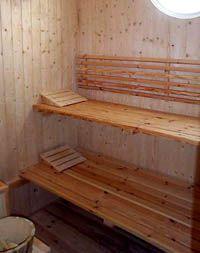 Ref.1747 Alquiler de chalet en Chiclana de la Frontera, Urbanización Hozanejos, Cádiz. Chalet de lujo, cuenta con cuatro dormitorios, dos cuartos de baño, terraza, cocina comedor, salón con sofá cama de matrimonio, porche y jardín trasero. Situado en una parcela con piscina privada, sauna, jardines con riego de cesped automatico y cuarto de baño para piscina con ducha exterior etc. Está en una zona residencial muy tranquila y de fácil acceso, a 10 minutos de la playas de La Barrosa.