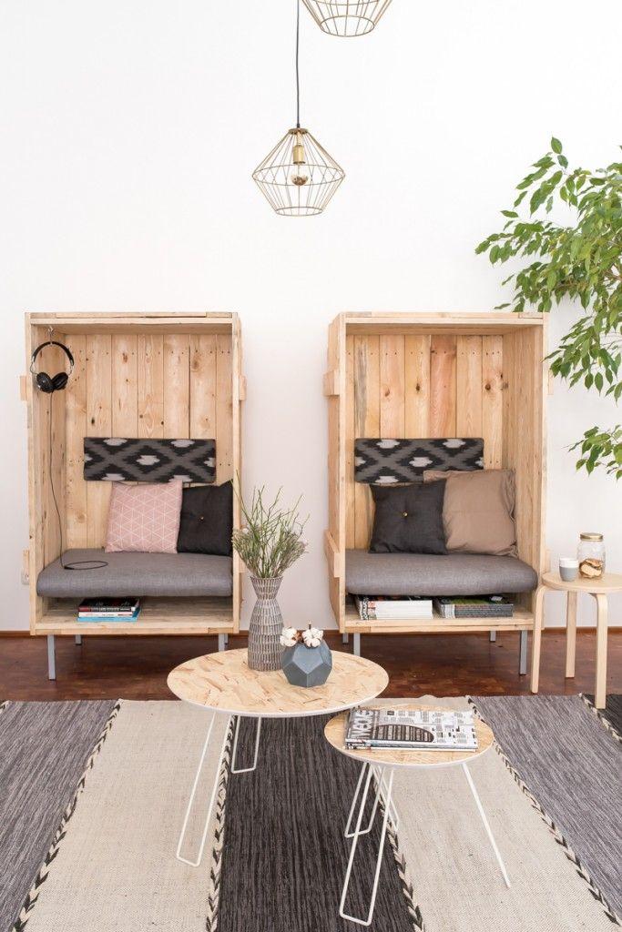Gemütliche Sitzecke im Büro mit DIY upcycling Strandkörben aus Übersee Transportkisten als Sessel im Industrie vintage Look