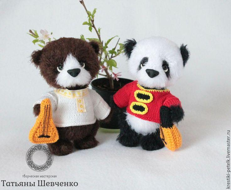 Я живу там, где до Китая рукой подать. И уже семь лет подряд у нас в Благовещенске и китайском городе Хэйхэ проходит фестиваль русско-китайской культуры и искусства. Мастера и творческие коллективы обмениваются опытом, ездят друг к другу в гости, себя показать и на других посмотреть. А я два года вяжу сувениры для наших иностранных гостей. Сегодня хочу поделиться мастер-классом по вязанию панды с вами. Вам понадобится: 1.