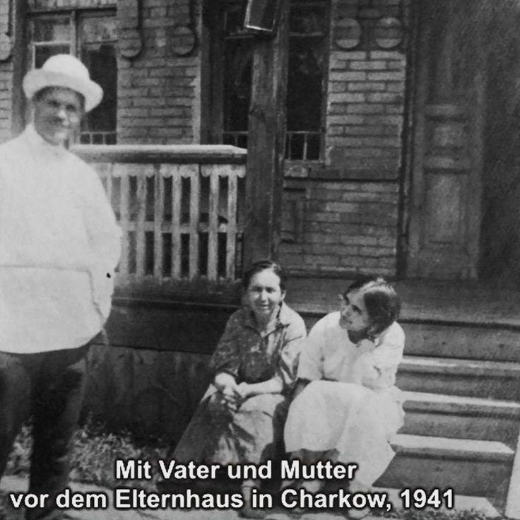 """Sinaida Baschlai mit Vater und Mutter vor dem Elternhaus is Charkiw 1941 Foto: Still aus dem Archiv der FU Berlin """"Zwangsarbeit 1939-1945. Erinnerung und Geschichte""""  Sinaida Baschlai war technische Zeichnerin in Charkiw. Schon im Frühjar 1942 wurde sie nach Deutschland verschleppt wo sie in Industrie und Gewerbe Zwangsarbeit verrichten musste am längsten als Dienstmädchen in Berlin im Haushalt eines Fliegeroffiziers.  Wieder zuhause arbeitete sie in ihrem Beruf wurde aber von vielen…"""