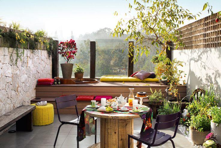 Árvores frutíferas como jambolão, minimorromãs e larajinhas-kinkan, todas plantadas em vasos pela equipe da Malu Paisagismo em jardim projetado pela arquiteta Lays Sanches