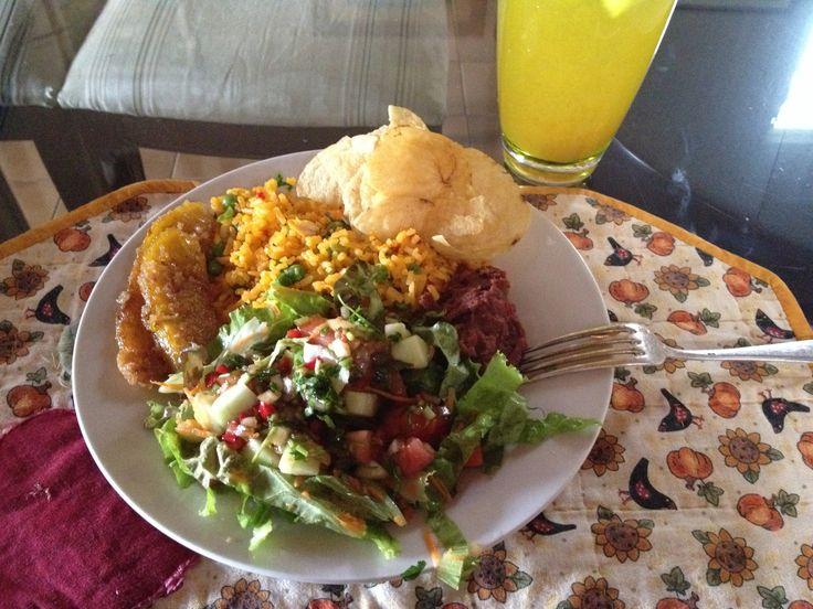 Almuerzo By Me. Arroz Con Pollo, Ensalada Verde, Frijoles