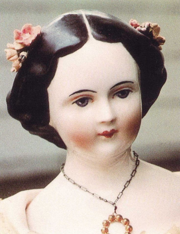 """Сама художница говорила, что """"мы делаем кукол не из подражания, а для того, чтобы красоту и шарм старых кукол сохранить и приумножить с помощью новых техник"""". Эмма и ее муж долгие годы работали без отпуска и выходных по 12 часов в день. Таким спросом пользовались ее куклы в Америке. Они и сейчас встречаются в продаже на американском рынке. Эмма Клер по праву считается одним из самых первых американских художников авторской куклы."""