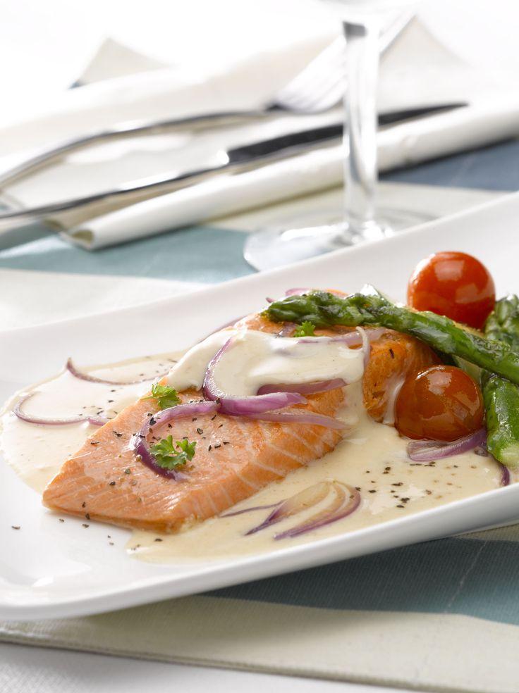Mezcla lo mejor del pescado y los mariscos con esta receta de Pescado pochado en salsa de mariscos. ¡A disfrutar!