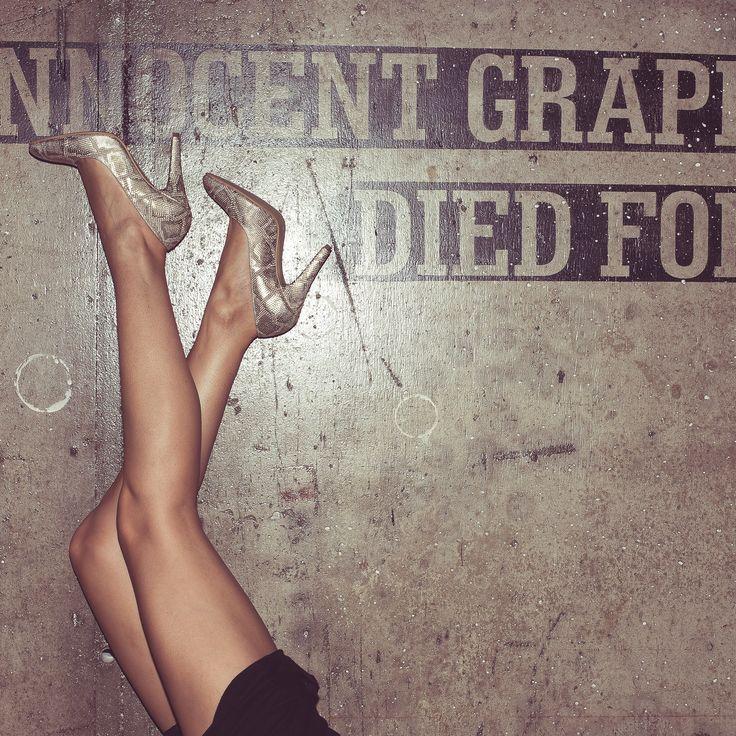 """""""Mi-au spus nişte prietene că pantofii cu toc sunt inconfortabili. Le-am pus să jure pe roşu că nu vor renunţa niciodată să-i poarte pentru că şi aşa am insomnii, nu cred că aş putea să mai suport încă o dramă în viaţa mea."""" :)) Alex Negrea, întâi blogger al ţării, a făcut o odă pantofilor cu toc, odată cu apariţia Password. #loveit Nu mai e nimic de demonstrat, doar de încălţat, să fie cu terapie pentru domni."""