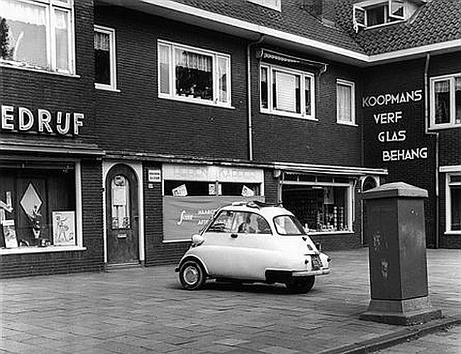 Amsterdamsestraatweg 1965: Bofkont! Kan zich eindelijk een eigen autootje permitteren. Nog wel een BMW Isetta