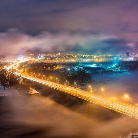 """Это ли не прекрасно?  ・・・ Красноярск расположен в очень живописном месте, на берегах реки Енисей, который зимой не замерзает в черте города, а начинает """"парить"""". Именно поэтому зимние снимки из Красноярска получаются такими живописными. ・・・ #ялюблюсибирь #сибирь #россия #коасноярск #яжвк #город #ночь #туман #зима #фото #фотограф #путешествие #туризм #ilovesiberia #siberia #krk #krasnoyarsk #russia #trevel #trip #adventure #nature #fog #night #photo #photographer ・・・ Друзья, нам необходим…"""