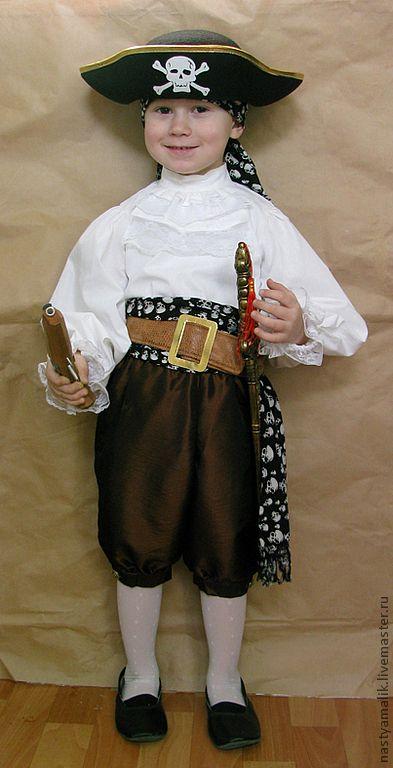 Купить или заказать Костюм пирата в интернет-магазине на Ярмарке Мастеров. Костюм пирата: штаны до колен из тафты с золотыми пуговицами, рубашка х/б с кружевом, шарф на пояс с бахромой чёрный с белыми черепами, бандана из такого же материала, что и шарф, ремень с золотой пряжкой, сабля, пистолет, пиратская шляпа Есть в наличии: шарф 350 р. бандана 250 р. ремень 300 р. шляпа 250 р. сабля 250 р. пистолет 280 р. пиратский набор (пистолет, подзорная труба, крюк, значок в…