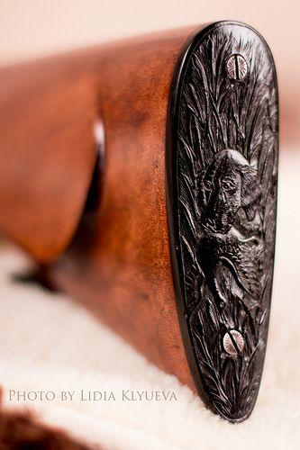 """приклад . Уникальное ижевское ружье 1945 года. Затыльник приклада из черного дерева. На нем вырезан охотничий сюжет,""""собака несет утку, в зарослях камыша""""http://alexey-klyuev.livejournal.com/7754.html"""
