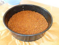 verkruimelde koekjes op bodem van de taartvorm
