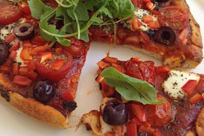 Πίτσα με ελιές, ρόκα και τοματίνια