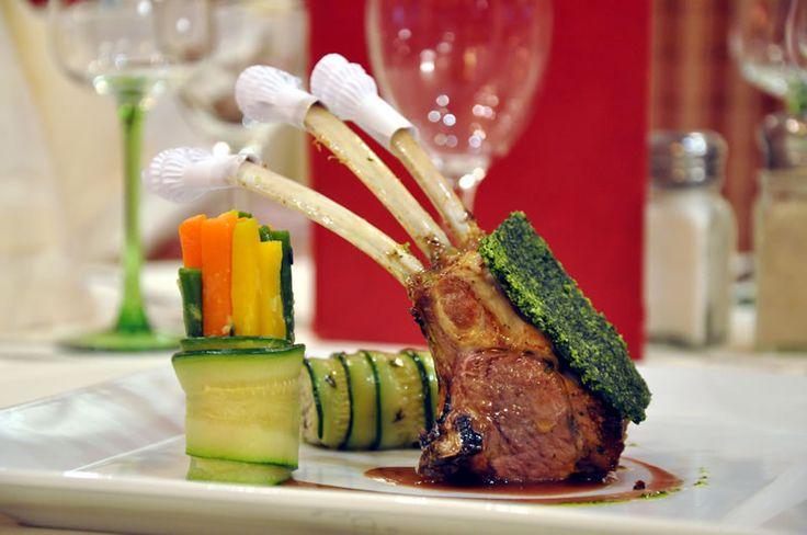 Carré d'agneau en habits verts pour les #fetes à la #brasserieparisienne #lastrasbourgeoise. #restaurantinparis #parisianrestaurant #gastronomie #carredagneau #lam