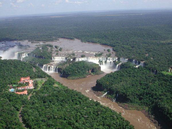 阿根廷和巴西之間的邊界: 這兩國的邊界就是伊瓜蘇瀑布(Iguazu Falls)跟伊瓜蘇河。 (Boundary between Argentina and Brazil)