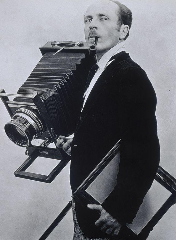 Edward Weston et sa chambre photographique. Le fondateur du groupe f/64 a été immortalisé ici par TIna Modatti, en 1924.