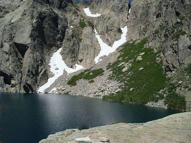 Corsica - Lacs Naturels - Lac de Capitello est un lac de Haute-Corse situé dans la haute vallée de la Restonica, un affluent du fleuve côtier le Tavignano, à une dizaine de kilomètres de la ville de Corte.Le lac prend son nom du sommet le Capitello (2 245 m). Et entre la Pointe des Sept Lacs (2 266 m) et la Punta Alle Porta 2 313 m, il y a aussi la brèche le Capitello.