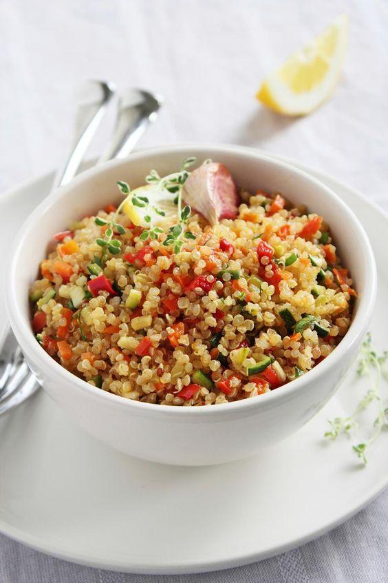 Salade méditerranéenne au quinoa/Cette salade peut servir d'accompagnement, mais c'est également un repas complet. Pas besoin d'ajouter beaucoup de sel, car le fromage et les olives sont déjà très salés/fraîchement pressé