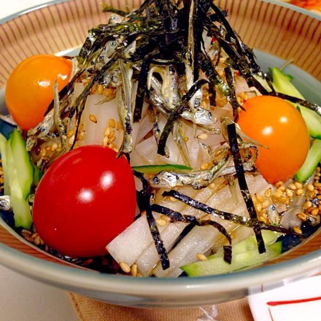 ドレッシングは、胡麻油とお醤油を別々にかけて - 87件のもぐもぐ - 大根じゃこサラダ by Demisuke