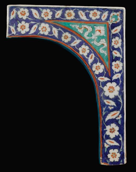 AN IZNIK POLYCHROME TILE SPANDREL, TURKEY, CIRCA 1580