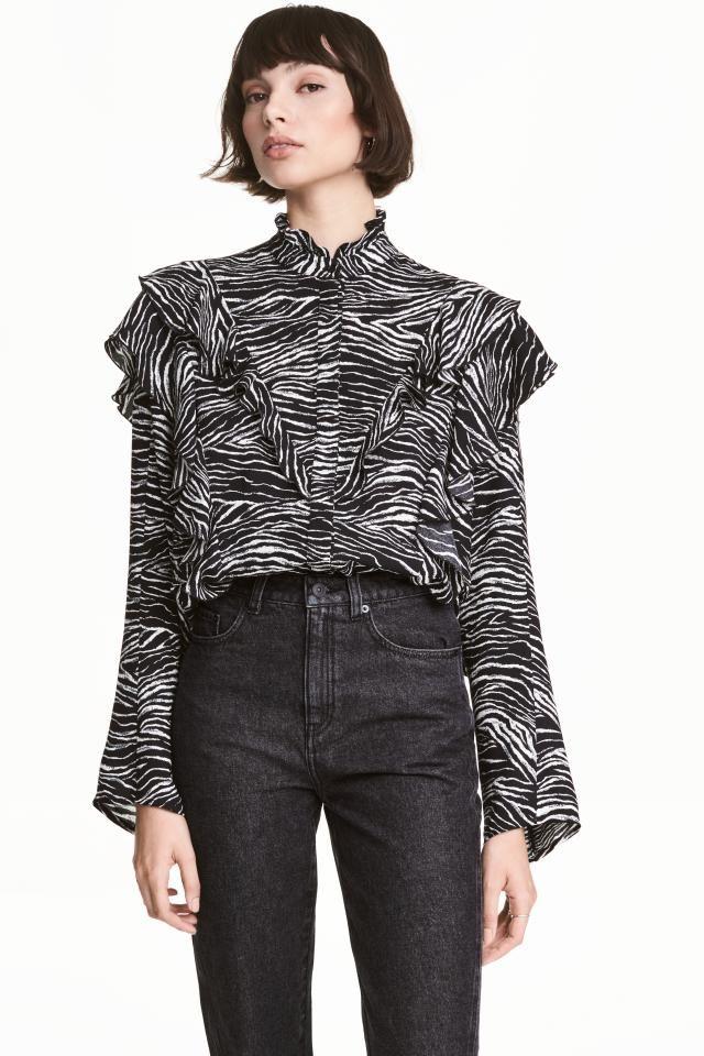 Блузка с рисунком: Блузка из мягкой вискозной ткани с набивным рисунком. На блузке низкий воротник стойка с оборками, силуэт широкий. Декоративные оборки на полочке, а также снизу на рукавах.