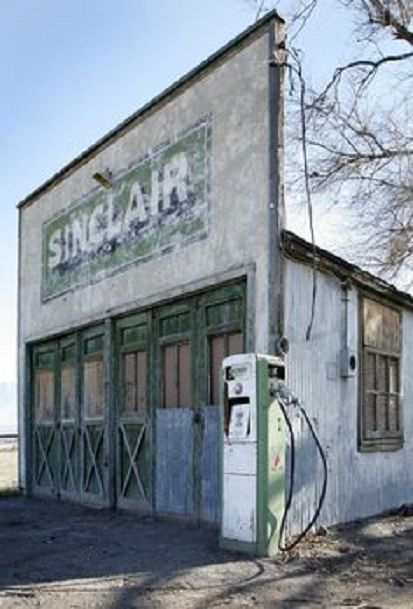 Closed And Abandoned Vintage Sinclair Gas Station In