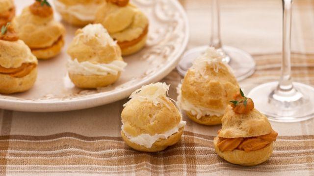 La delicatezza della crema al granchio, unita al sapore deciso della crema al formaggio, creano un mix di sapori davvero unico e inimitabile che vi introdurrà piacevolmente al resto della cena. I BIGNE' DI GRANCHIO E FORMAGGIO si preparano velocemente e saranno mangiati altrettanto rapidamente! Qui la #ricetta di #GialloZafferano: http://ricette.giallozafferano.it/Bigne-di-granchio-e-formaggio.html  #Natale #Capodanno