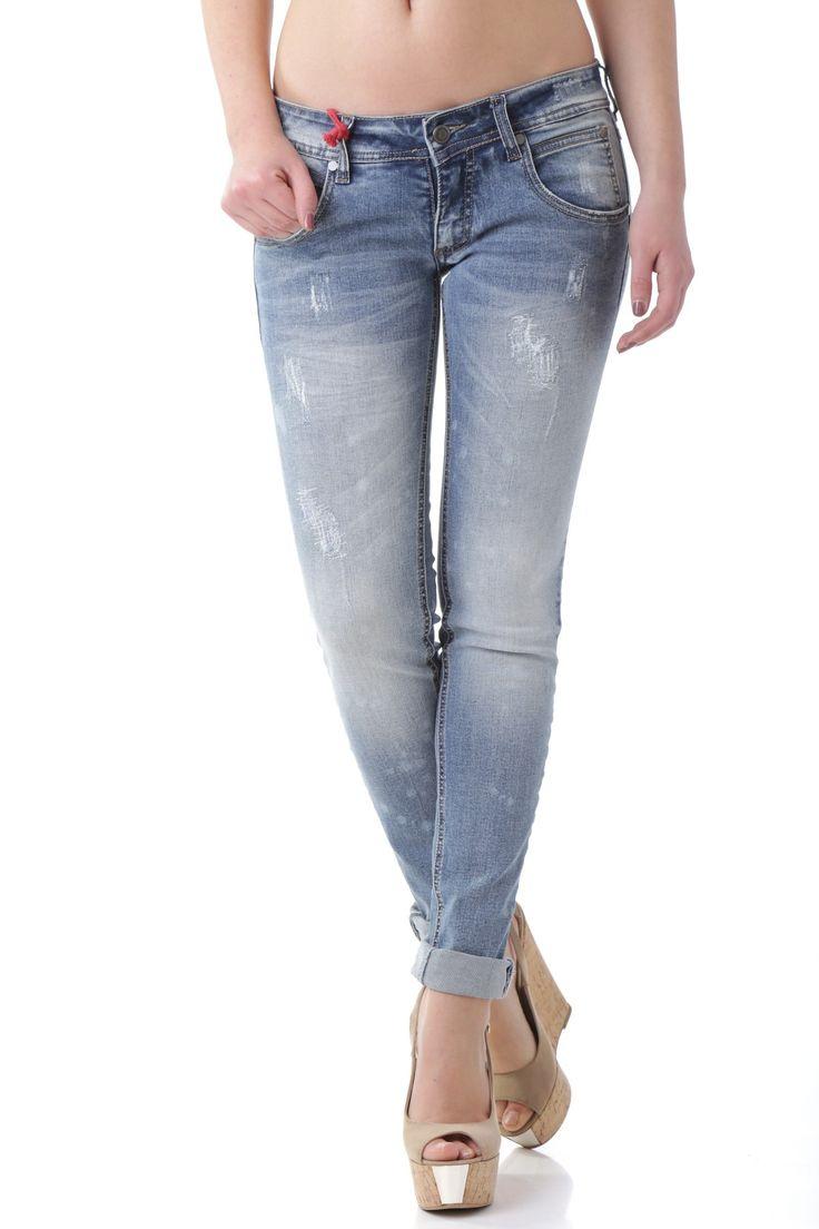 Jeans donna in tinta unita marca 525, composizione tessuto 98% cotone.