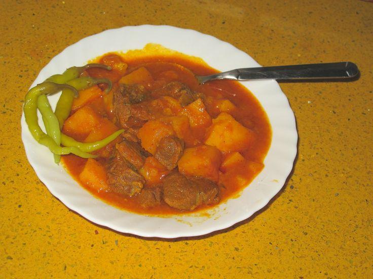 Ternera con patatas.  Un plato contundente para los días de frío. Nutritivo y sabroso.   106,9 Kcal por 100 g.