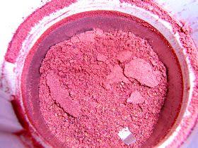 Fruchtpulver erfüllt zwei Zwecke: Es aromatisiert und es gibt Farbstoff. Bei der Pralinenherstellung wird oft Fruchtpulver zum Wälze...