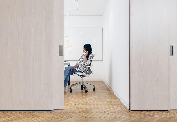 Quando una telefonata o un progetto richiedono privacy e concentrazione, le persone possono spostarsi nelle sale riunioni, che sono state concepite per una tranquilla attività.