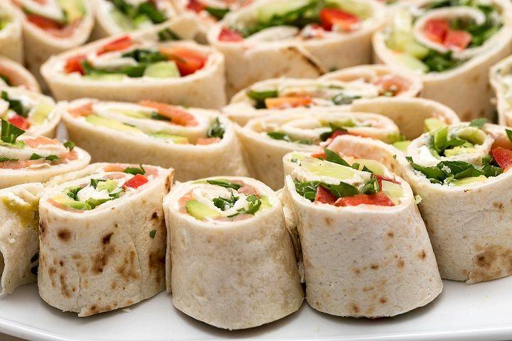 Le tortillas sono il pane per eccellenza delle popolazioni dell'america centrale. Realizzate con farina di grano tenero o di mais, hanno in comune la forma tondeggiante simile a quella della piadina.  Oggi ho deciso di farcirle con salmone e avocado e arricchirle con del formaggio spalmabile,