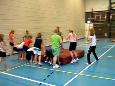 `t Vrieske Honk gym groep 6 7 8 rollen met de grote mat 2 - YouTube