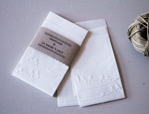 Pochettes, sachets cadeau papier blanc embossé oiseaux lot de 10 dim. 6,3cm x 9,3cm plus le rabat