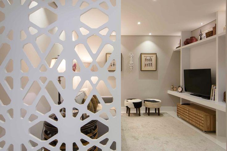 Sala com painel divisória por Marcia Campos Interiores - Jundiai SP