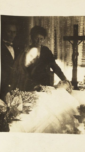 19 Creepy Ghost Photos That Will Give You Goosebumps - Creepy Gallery | eBaum's World